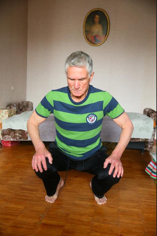 Разминочные полуприседания – с руками на коленях. Фото Василий Кузьмичёнок
