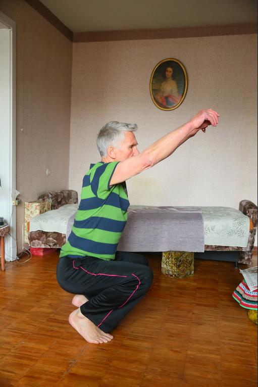 """""""Гусеница"""": стоя на полу босиком, поджимать пальцы ног и продвигать себя вперёд, не поднимая пятки. Фото Василий Кузьмичёнок"""