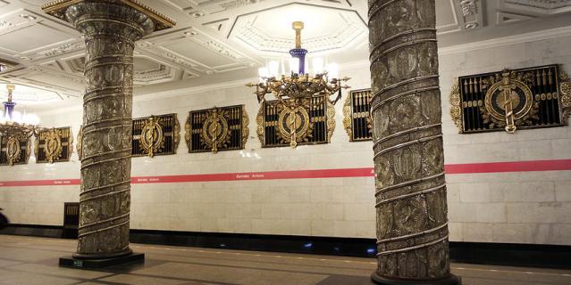 Метро Петербурга временно работает до 22.00.