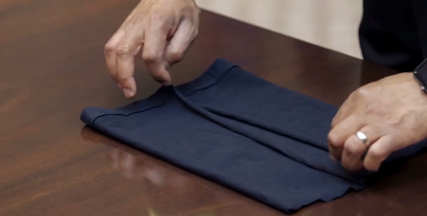 На опубликованном видео Адамс продемонстрировал, как правильно сложить вырезанную часть футболки. Фото https://www.facebook.com/CDC/videos/1260776464113699/?t=35&v=1260776464113699