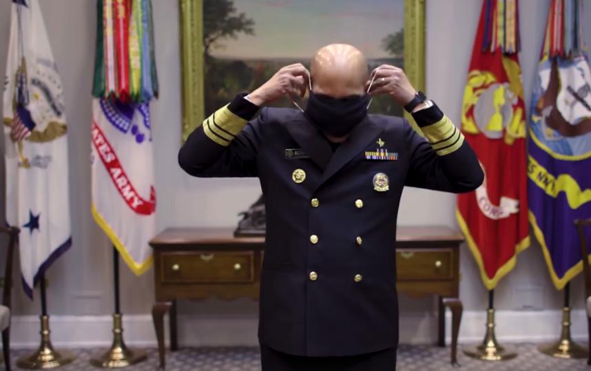 Главный хирург США Джером Адамс показал, как сделать маску для лица в домашних условиях. Фото https://www.facebook.com/CDC/videos/1260776464113699/?t=35&v=1260776464113699