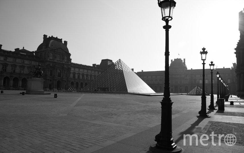 Пустая площадь перед стеклянной пирамидой Лувра в Париже, Франция. Фото Getty