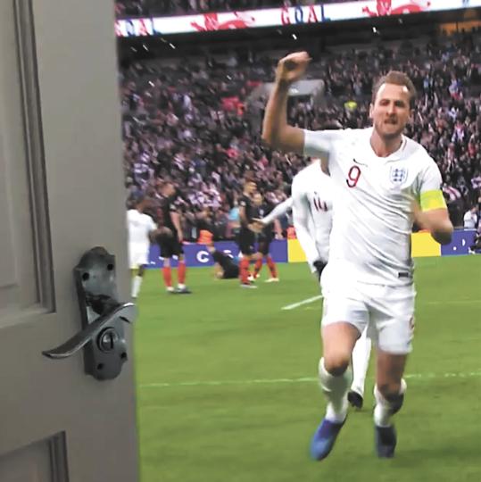 Гарри Кейн за дверью. Фото скриншот Instagram @england