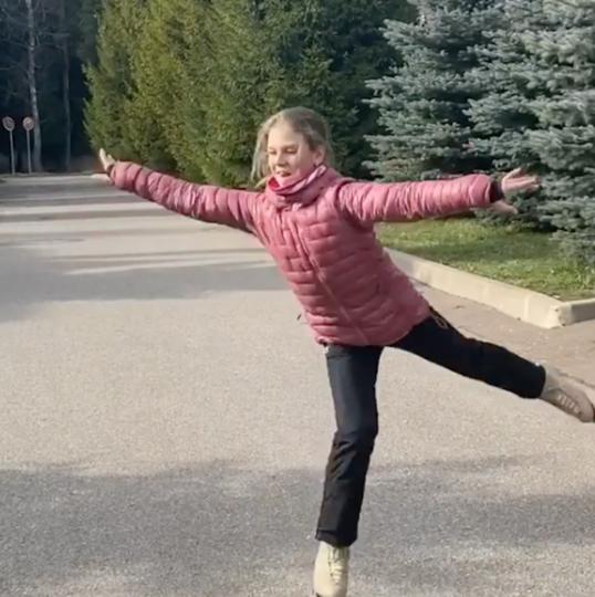 Александра Трусова на роликах. Фото скриншот Instagram @avtrusova