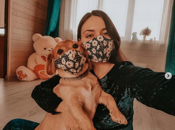 Персик и его хозяйка в модных защитных масках. Фото Екатерина, скриншот instagram.com/mosskait/