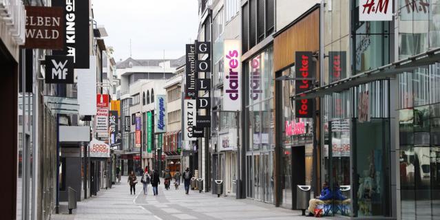 Магазины закрылись, и торговые улицы опустели.