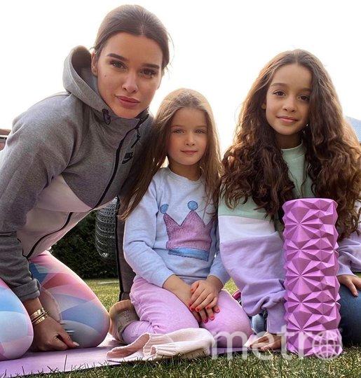 Ксения с дочками. Фото instagram.com/borodylia.