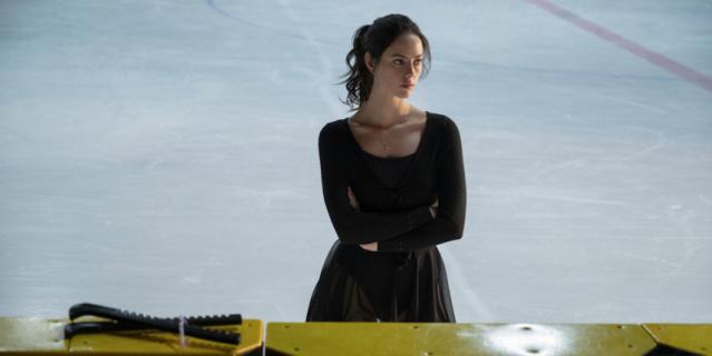 """Кадр из сериала """"Цепляясь за лёд""""."""