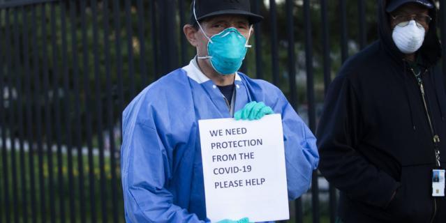 Медработники в Нью-Йорке просят, чтобы их нормально экипировали.