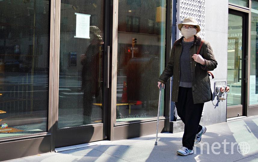Житель Нью-Йорка в маске. Фото Getty