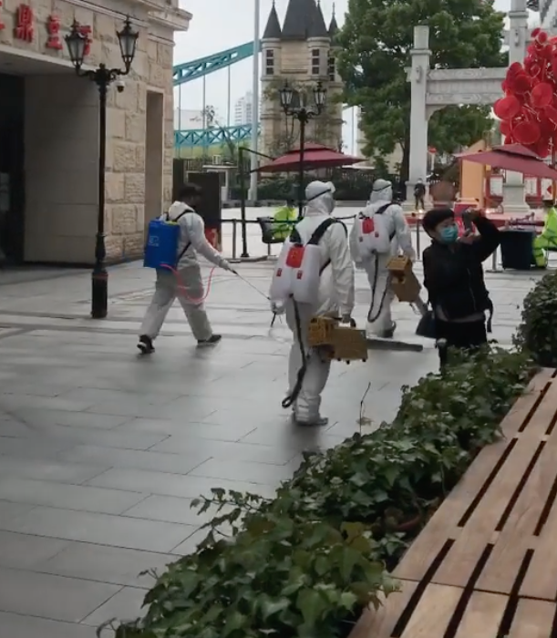 Многие жители Ухани начинают робкие вылазки на улицу. Фото предоставлено героями материала