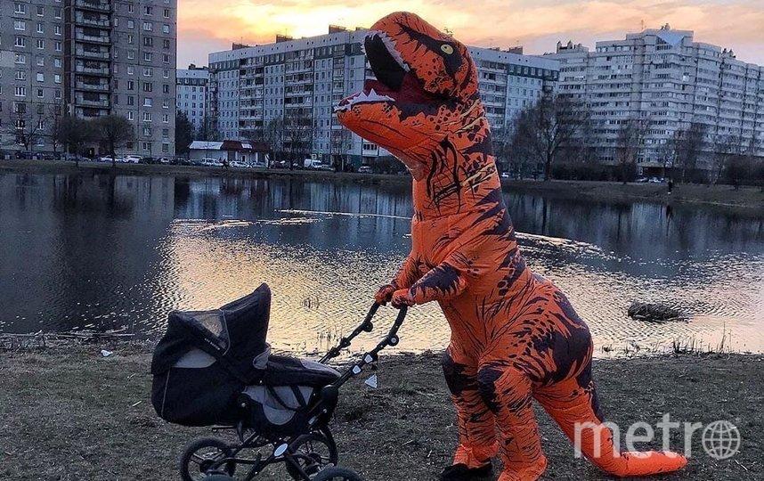 """В Петербурге """"динозавр"""" вышел гулять с ребёнком. Фото spb_today_unpublished, vk.com"""