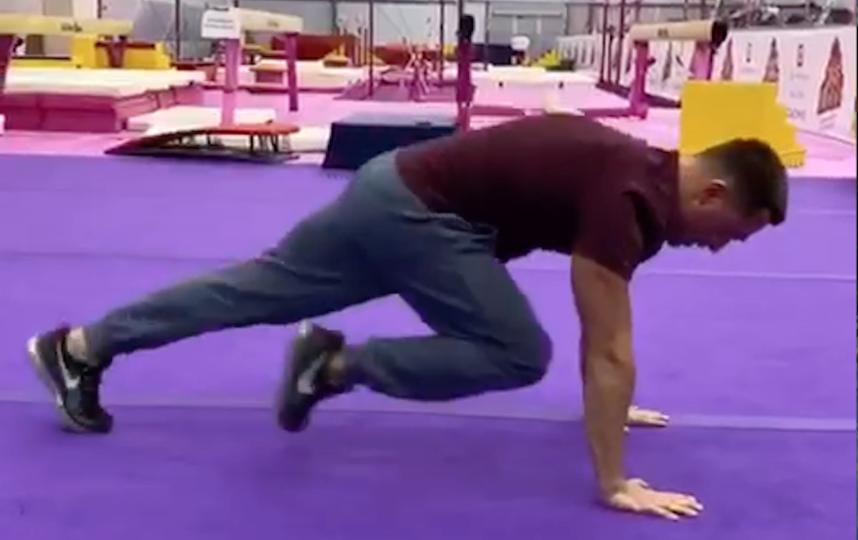 Смена ног в упоре лёжа. Фото Скриншот Youtube