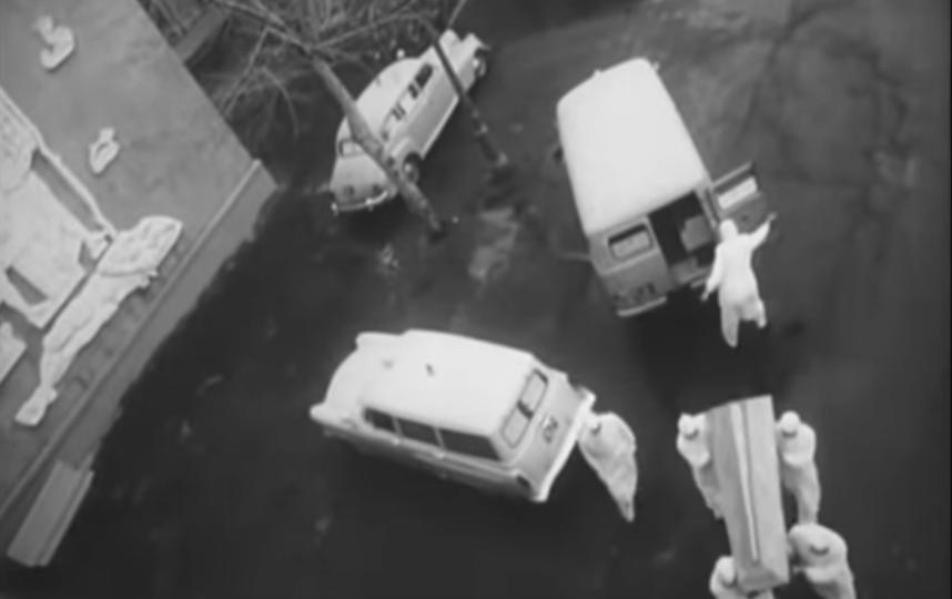 """Фильм """"В город пришла беда"""" начинается с кадров о том, как гроб с телом художника Кокорекина привозят в Донской крематорий. Фото Скриншот Youtube, """"Metro"""""""