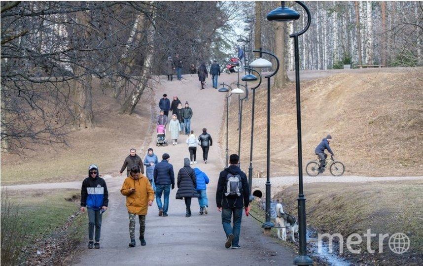 """В первый день режима самоизоляции на улицах было много людей. Фото Алены Бобрович, """"Metro"""""""