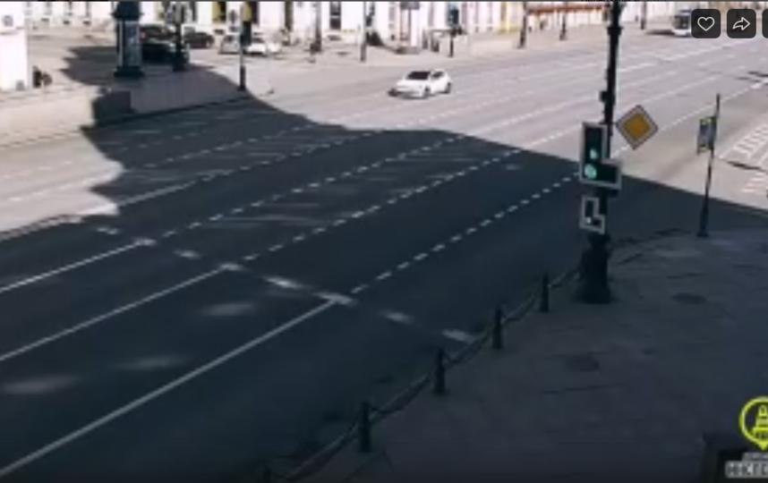 Белая иномарка промчалась по Невскому. Фото Скриншот Youtube