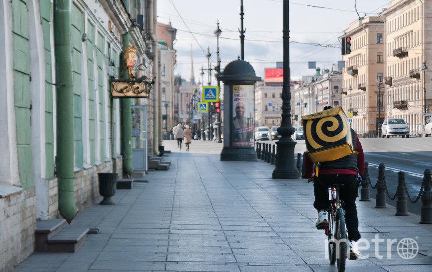 """На пустых улицах чаще всего можно увидеть курьеров. Фото """"Metro"""""""