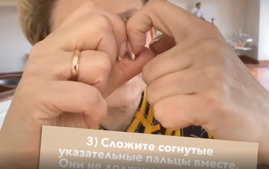 Пальцы не должны расходиться, между ними в середине должен быть ромбик. Фото скриншот instagram.com/malysheva.live/?hl=ru