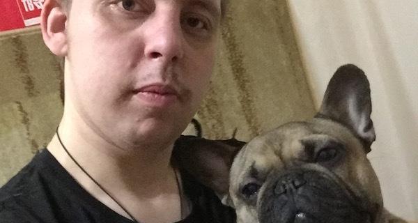 Илья каждое утро отправляется на пробежку со своей собакой, а потом занимается спортом и домашними делами.