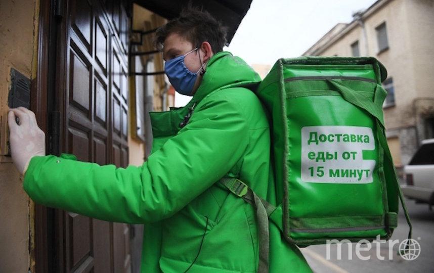 Курьер службы Delivery Club доставляет заказ жителю Москвы, соблюдающему режим самоизоляции из-за распространения коронавирусной инфекции. Фото РИА Новости