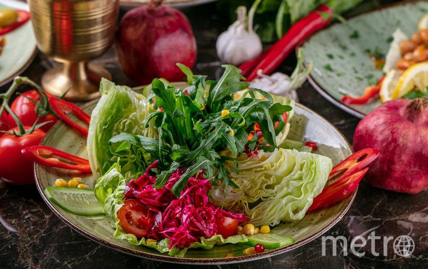 """Салат по-турецки с маринованной капустой. Фото предоставлено ресторанами, """"Metro"""""""
