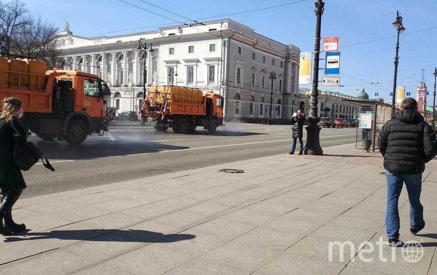 "Уборка улиц в Петербурге 10 апреля. Фото gov.spb.ru/gov/otrasl/blago, ""Metro"""