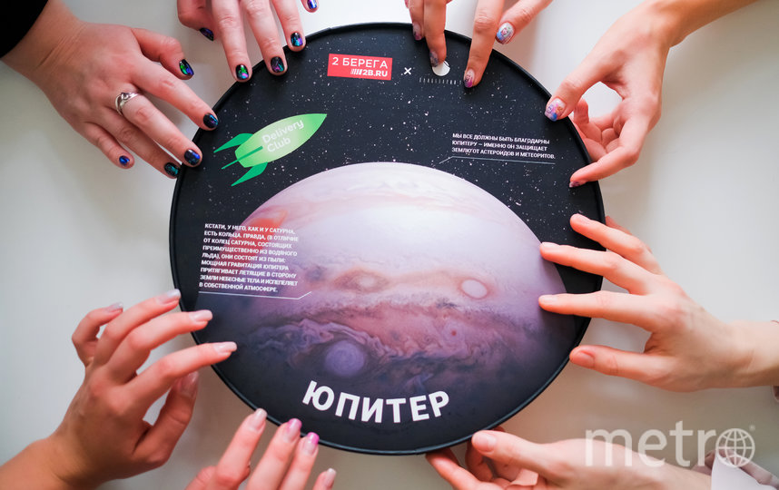 В Петербурге выпустили круглые коробки для пиццы ко Дню космонавтики. Фото Пресс-служба сервиса Delivery Club