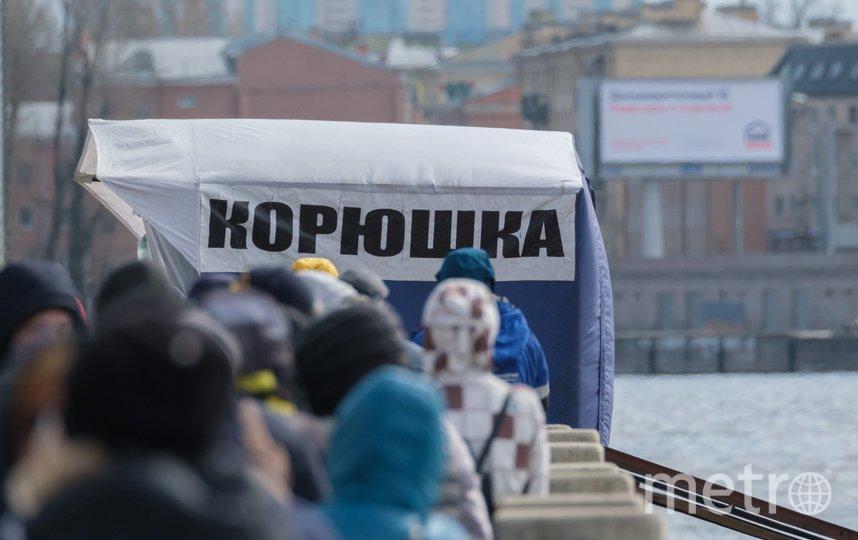 """В Петербурге за корюшкой выстраиваются длинные очереди. Фото Алены Бобрович, """"Metro"""""""