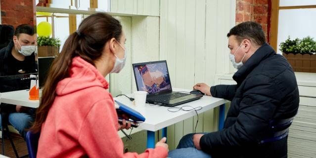 Репортёр Metro застала Олега за игрой в Haddan. По его словам, она заставляет мозг работать не хуже сложной партии в шахматы.