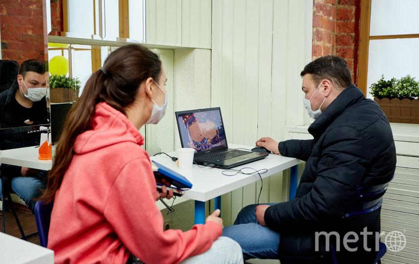 """Репортёр Metro застала Олега за игрой в Haddan. По его словам, она заставляет мозг работать не хуже сложной партии в шахматы. Фото Виталий Мишин, """"Metro"""""""