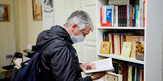 Максим любит читать и сетует, что коронавирус закрыл букинистические развалы с дешёвыми книгами.