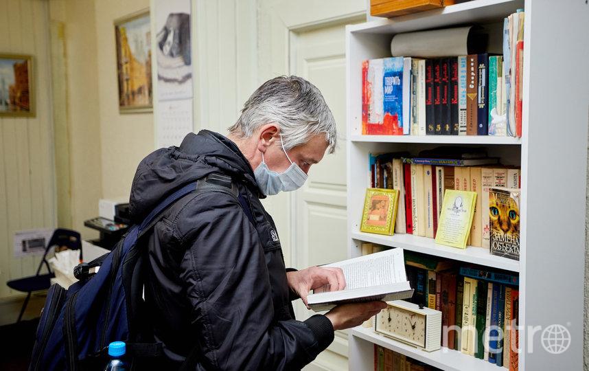 """Максим любит читать и сетует, что коронавирус закрыл букинистические развалы с дешёвыми книгами. Фото Виталий Мишин, """"Metro"""""""