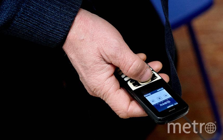 """Телефоны есть почти у всех бездомных людей, и они стараются зарядить их в центре. Правда, не у всех есть SIM-карты и подходящий провод. Фото Виталий Мишин, """"Metro"""""""