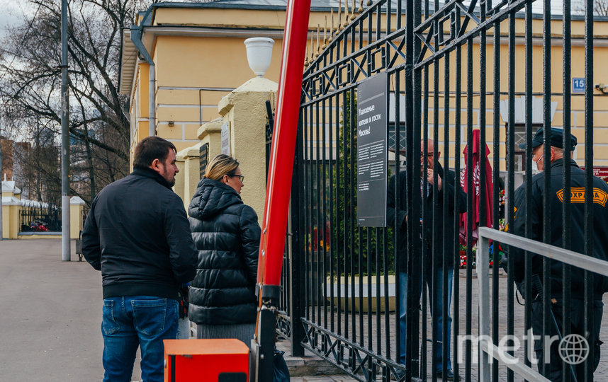 """Семейная пара не знала, что храм на Ваганьковском кладбище закрыли для прихожан раньше 13 апреля. Фото Ольга Михальчук, """"Metro"""""""