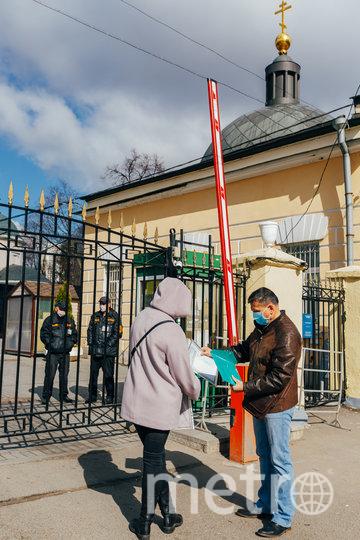"""На кладбища сейчас пропускают только сотрудников и людей, чьи визиты связаны с захоронением праха умерших. Фото Ольга Михальчук, """"Metro"""""""