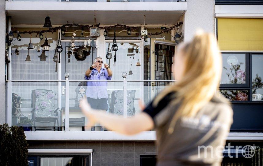 Мужчина делает упражнения в нидерландском городке Квинтсёл. Из-за предписаний оставаться дома многие пожилые люди пропускают свои занятия. Фото AFP