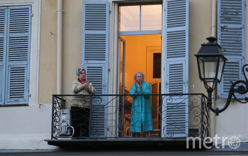 Жители Ниццы аплодируют медикам. Фото AFP