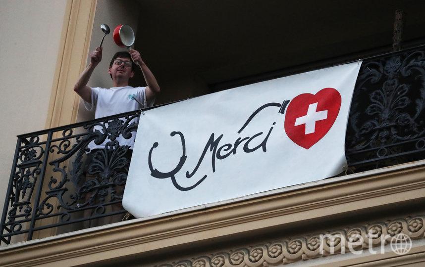 Аплодируют медикам. Франция. Фото AFP