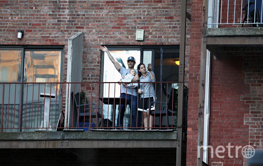 Аплодируют медикам. Нью-Йорк, США. Фото AFP