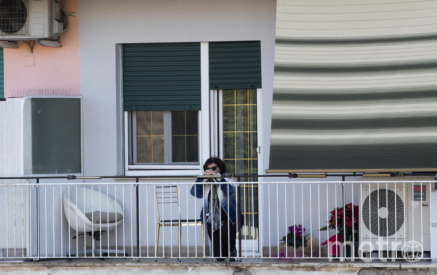 Жители Рима наблюдают за мессой в Вербное (Пальмовое) воскресенье. 5 апреля. Фото AFP