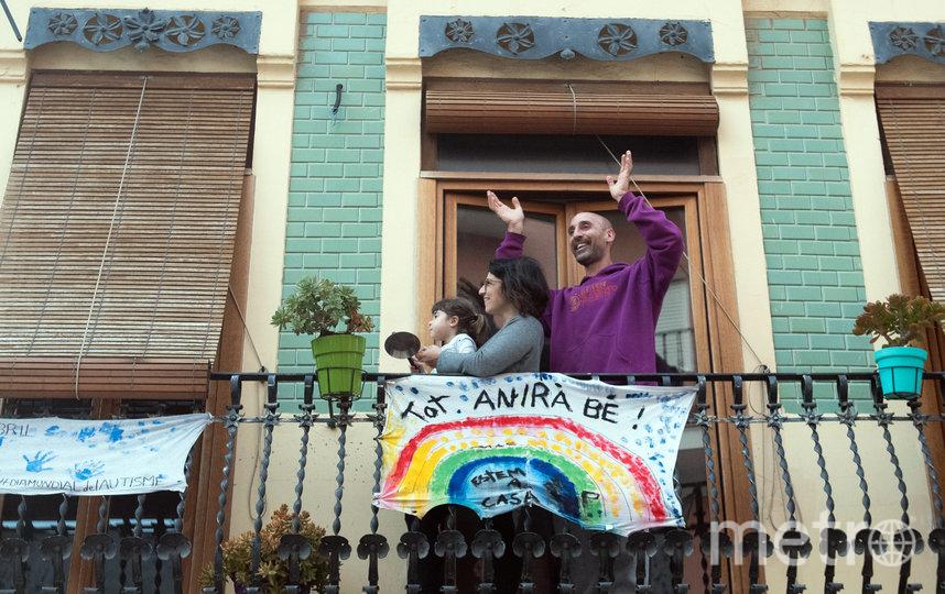 """Украшают балконы плакатами. Надпись гласит: """"Всё будет хорошо"""". Валенсия, Испания. Фото AFP"""