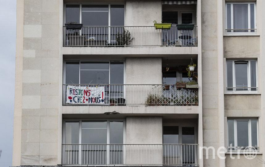 """Украшают балконы плакатами. Надпись гласит: """"Давайте останемся дома"""". Париж, Франция. Фото AFP"""