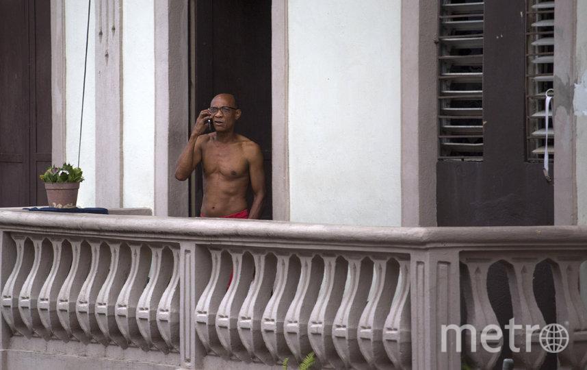 Разговаривают по телефону. Санто-Доминго, Доминиканская Республика. Фото AFP