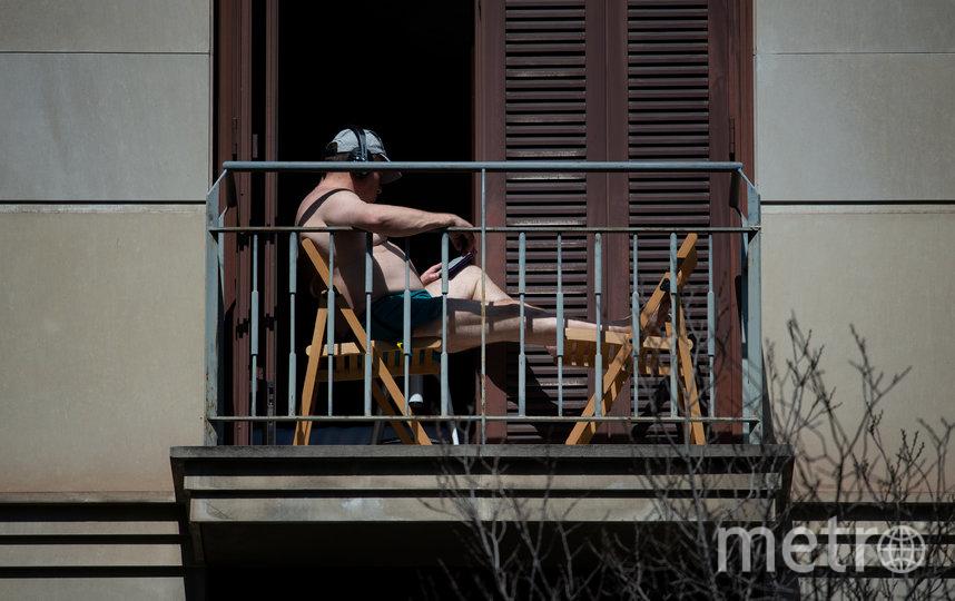 Слушают музыку и читают книги. Барселона, Испания. Фото AFP