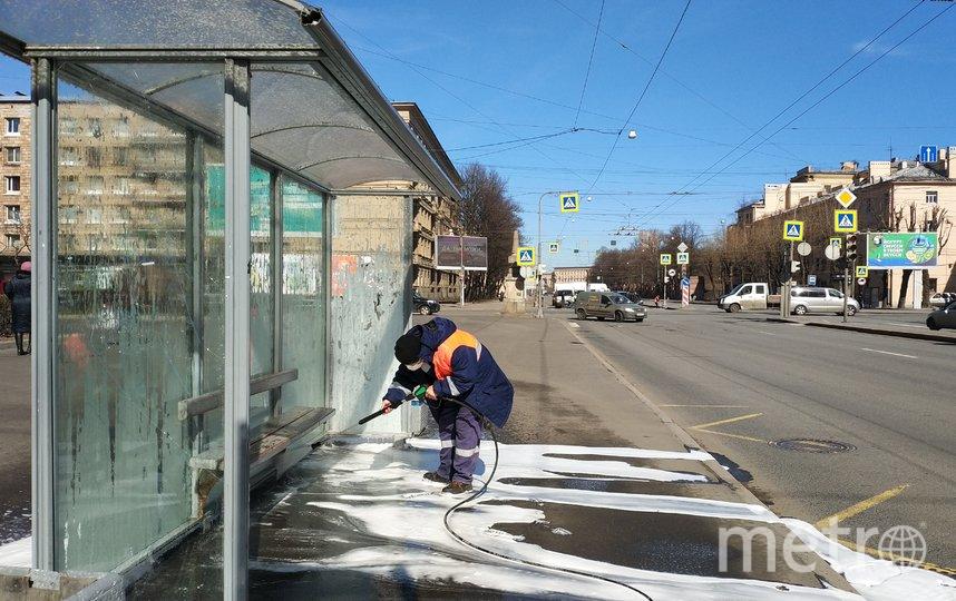 "Мытье павильонов остановок. Фото gov.spb.ru/gov/otrasl/blago, ""Metro"""