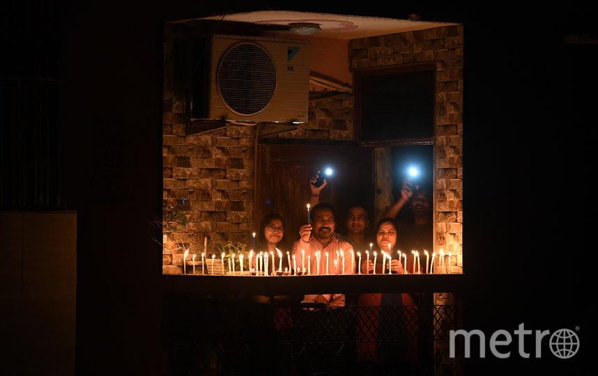 Принимают участие в акциях: в Индии 5 апреля жители страны вышли на балконы и в тишине зажгли свечи и фонарики на 9 минут в знак солидарности и единства в борьбе с пандемией коронавируса. Фото AFP