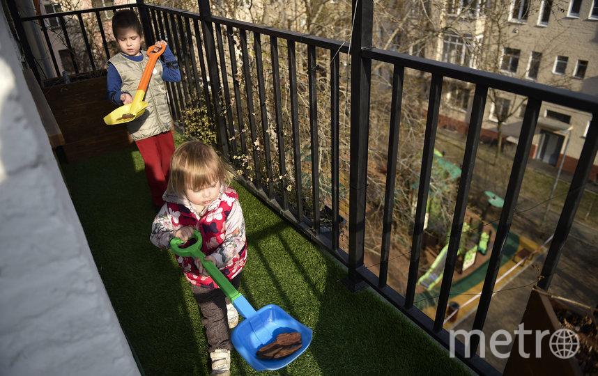 Прогулку с детьми можно совершить и на балконе. Москва. Фото AFP