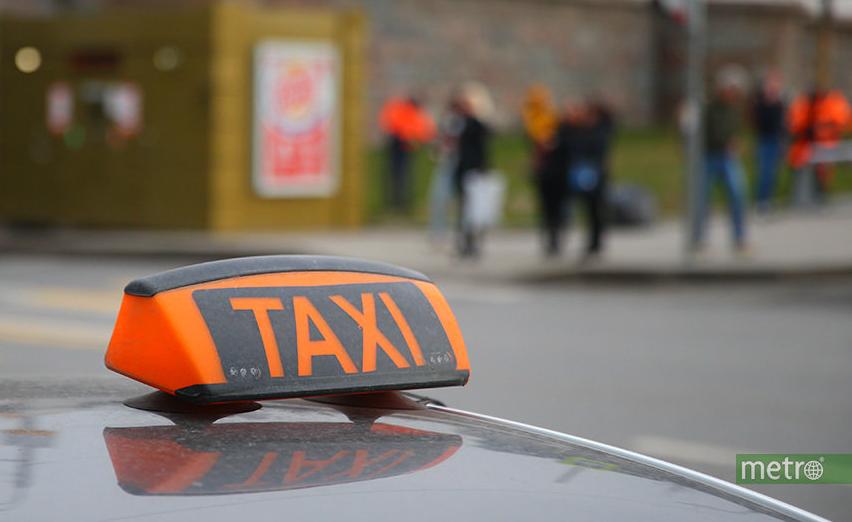 Водители такси в Москве будут проверять наличие у пассажира цифрового пропуска, необходимого для передвижения по городу на транспорте. Фото Василий Кузьмичёнок