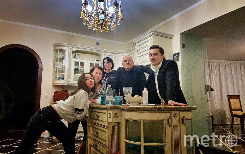 Дима Билан с родителями и сестрами. Фото Скриншот Instagram: @bilanofficial