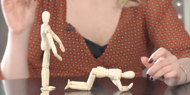 """Сексолог Ольга Штерн с помощью деревянных """"ассистентов"""" показывает, как подготовиться к позе Doggy-style."""